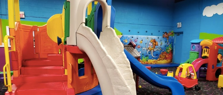 Play structure at Kidnetix Yorkdale indoor playground.