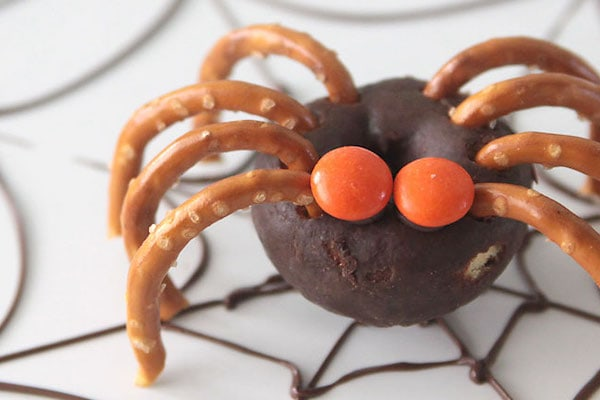 Halloween treats for kids: donut pretzel spiders